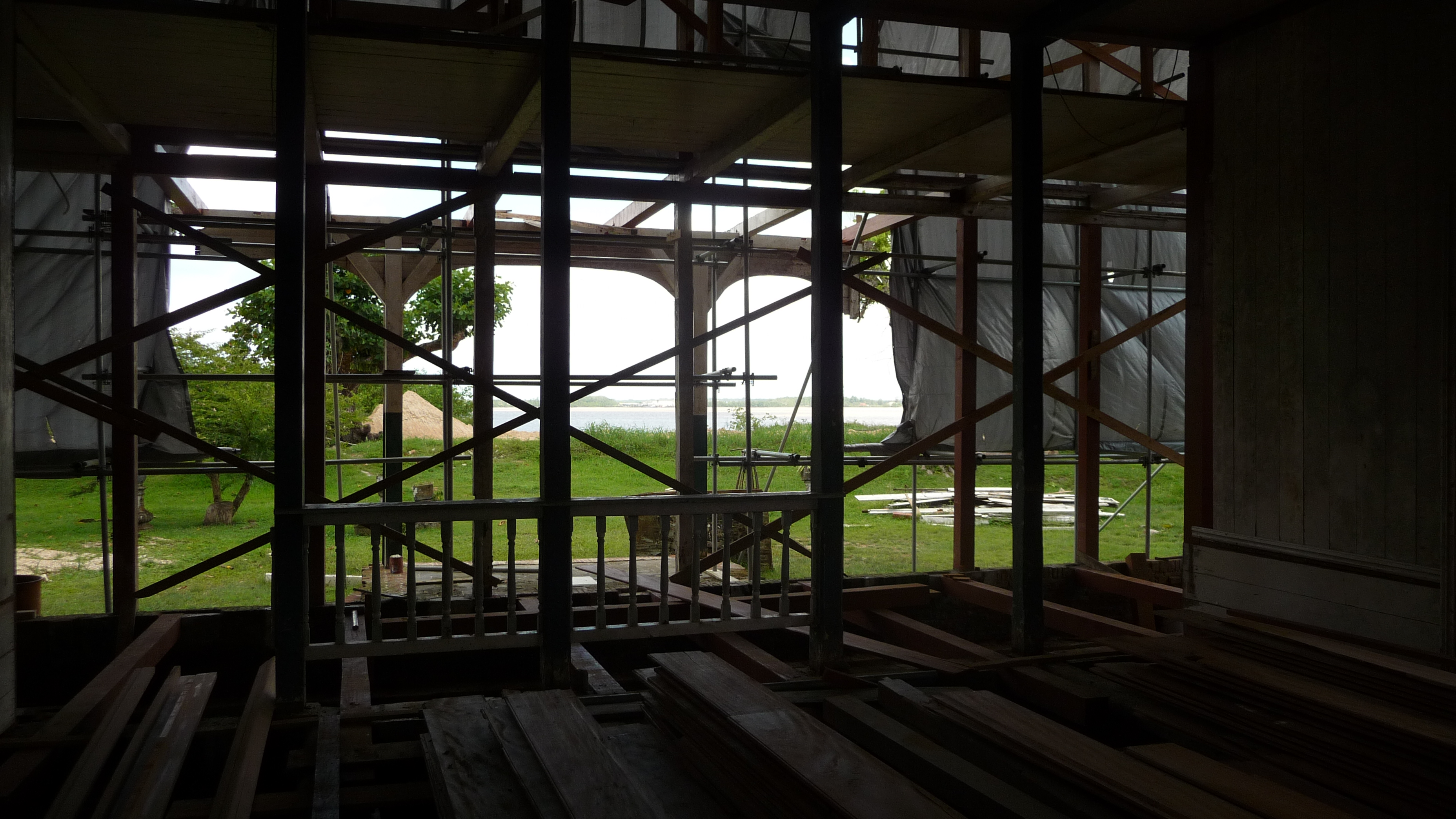 De Surinamerivier stroomt achter het huis