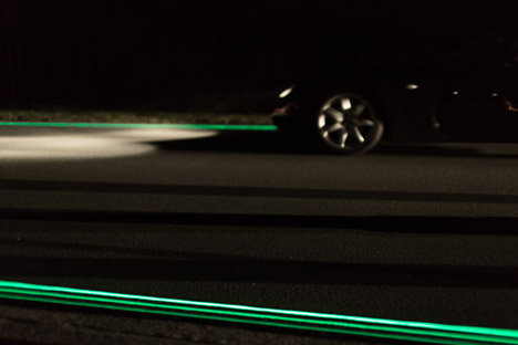 Glowing-Lines-Smart-Highway-by-Daan-Roosegaarde_dezeen_468_4