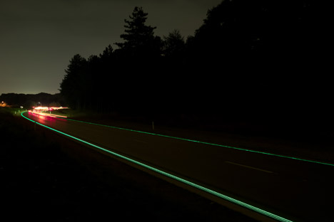 Glowing-Lines-Smart-Highway-by-Daan-Roosegaarde_dezeen_468_8